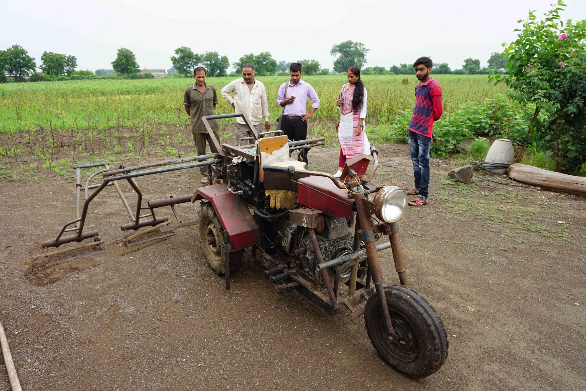 Visiting a farmer user the bullet Santi together with the innovator of this three-wheeler tractor.